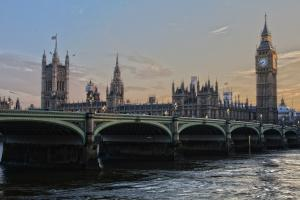 Regno Unito: aumentano le vendite online di alimentari e cala la vendita di automobili